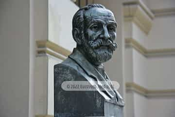 Escultura «Armando Palacio Valdés» en Avilés