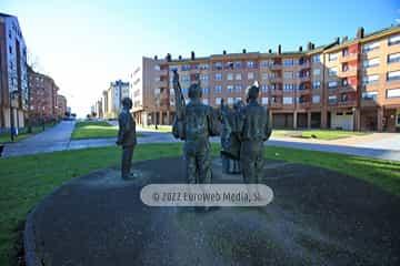 Escultura «Homenaje al folklore astur y a Juanín de Mieres»