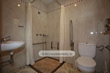 Pabellón central. Baño accesible. Camping Perlora