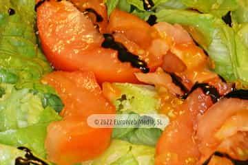 En Oviedo capital. Ensalada simple de lechuga y tomate