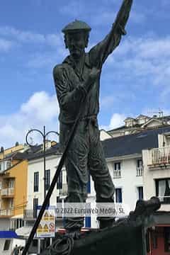 Escultura «Homenaje a los hombres y mujeres de la mar» en Tapia de Casariego