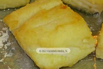 En Oviedo capital. Bacalao frito con salsa de cebolla y pimiento verde